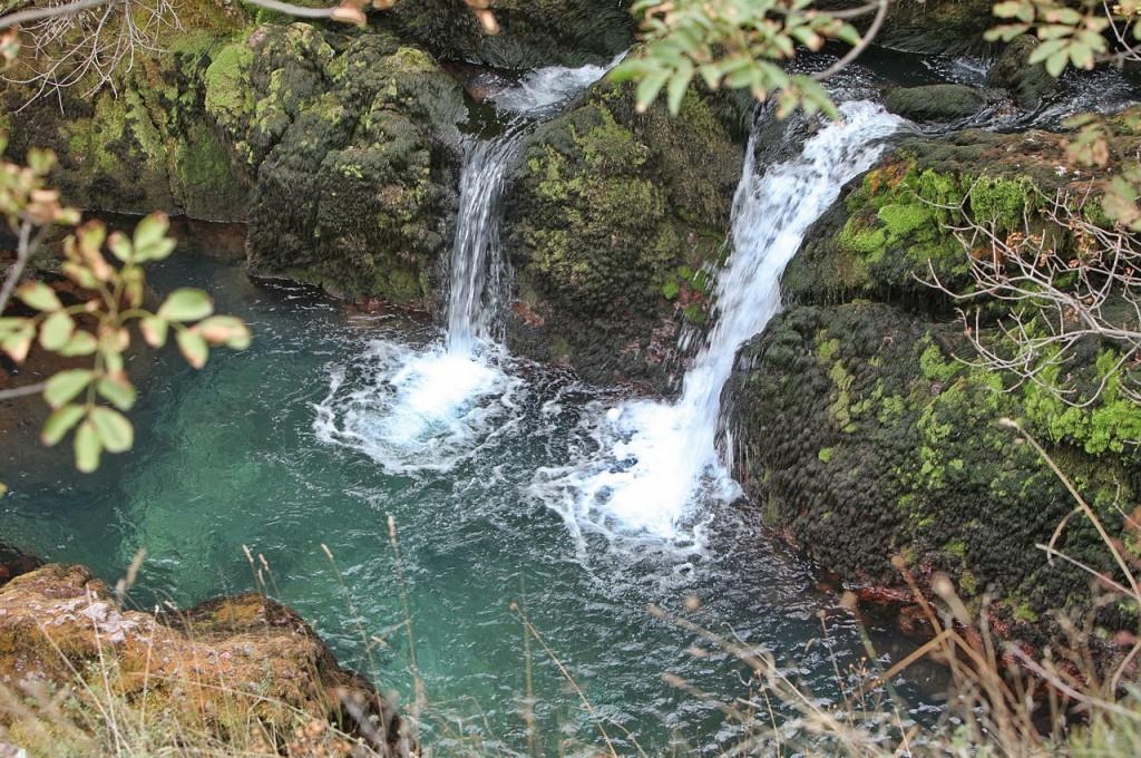 1280px-Vodopadi_blizu_izvora_Bijelog_Drima_(Drina)_27._listopada_2011.