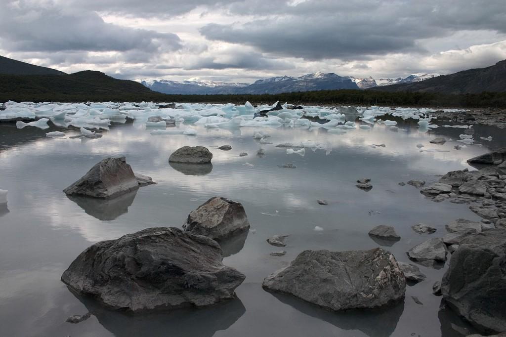 1280px-Bahía_Onelli_Parque_Nacional_Los_Glaciares_Patagonia_Argentina_Luca_Galuzzi_2005[1]