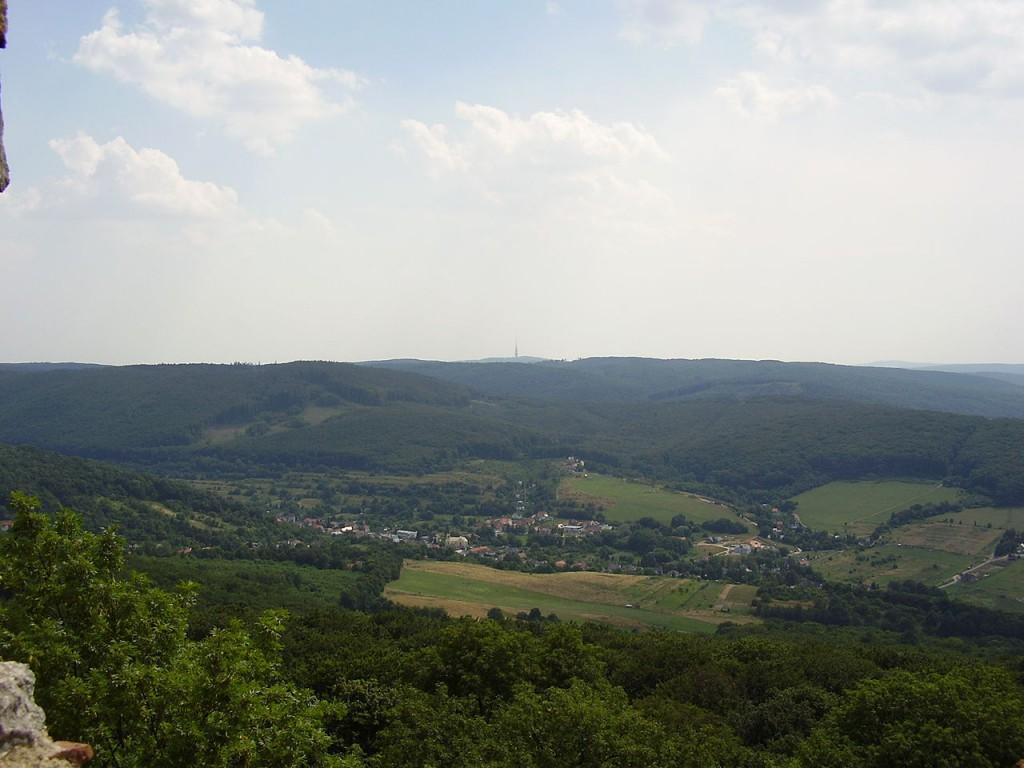 1280px-Borinka,_Slovakia-sight_from_the_Pajstun_castle