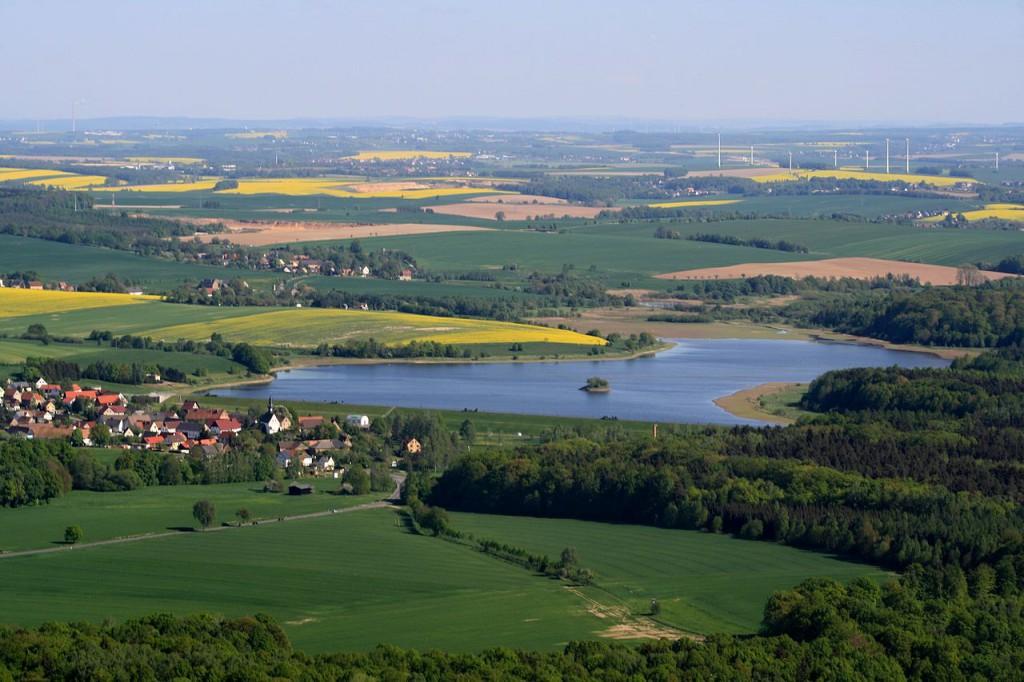 1280px-Luftbild_Landschaft_um_Talsperre_Schömbach_-_Grenze_Thüringen-Sachsen