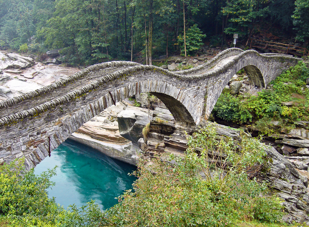 Ponte dei Salti ist die Brücke welche bei Lavertezzo über den Fluss Verzasca führt. In der Hauptsaison ist es beinahe unmöglich die Brücke ohne Menschen zu fotografieren.