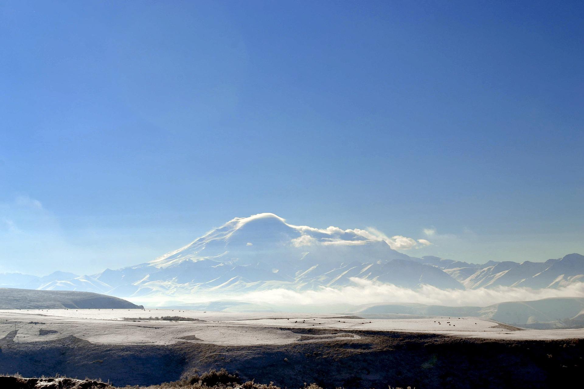 Der Elbrus (5642 m) liegt zwar in Georgien, gehört aber nicht zur Region Kachetien. Dennoch liegt die Region im Großen Kaukasus