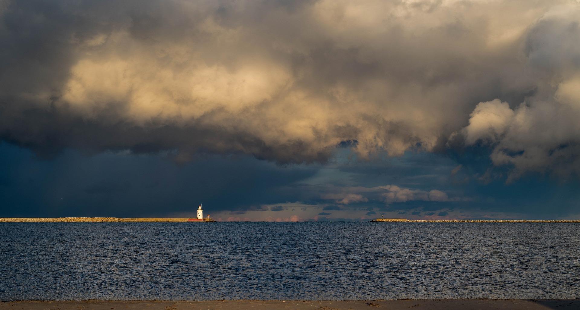 lighthouse-1591030_1920-1
