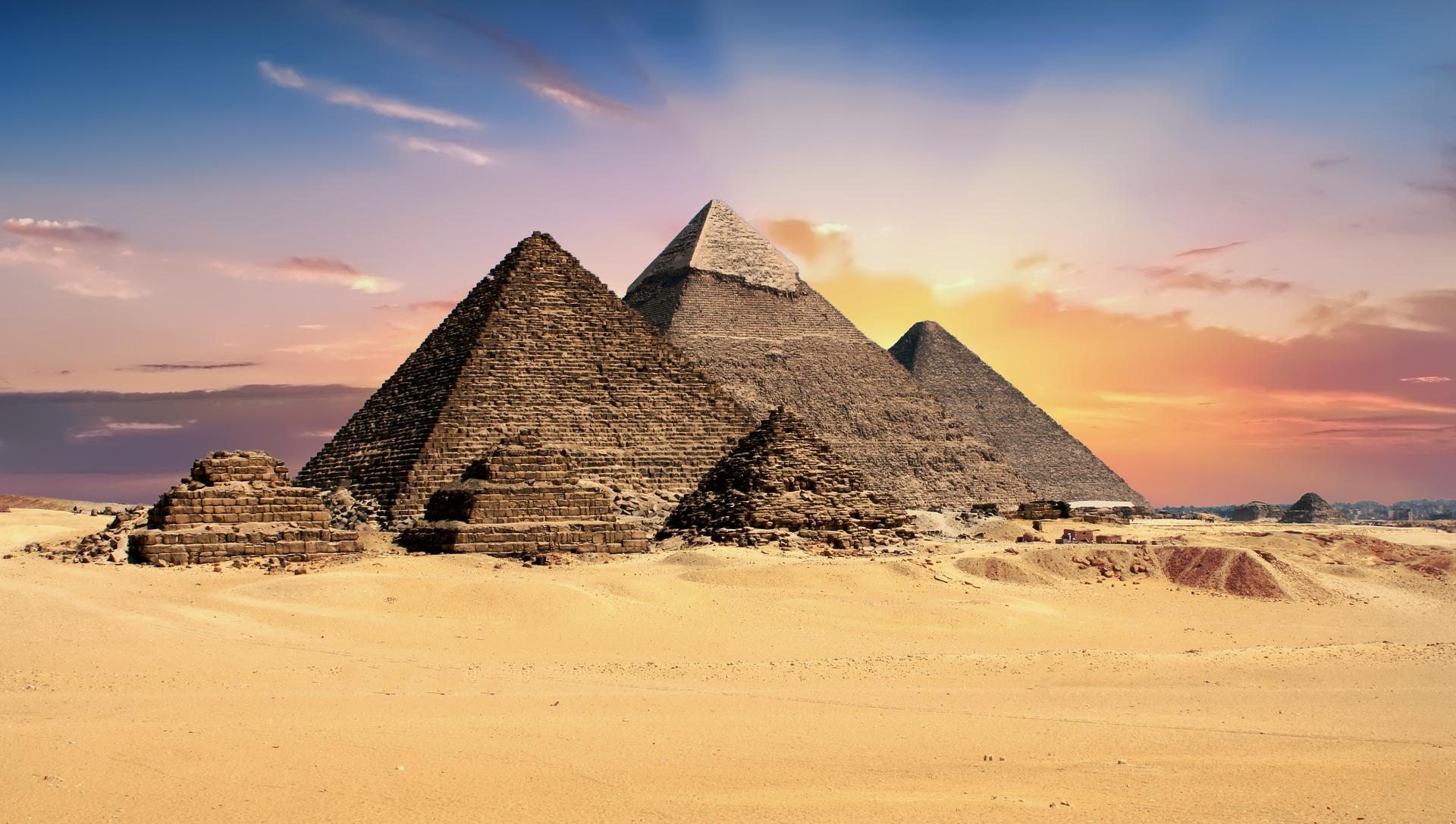 pyramids-2159286_1920
