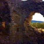 Blick durch das zerfallene Kirchenfenster