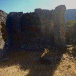 frontaler Blick auf die Kirchenruine. In der Mitte ist die Apsis zu erkennen. Seitlich ragen noch Überreste der Kirchenmauer auf.