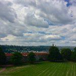 Parkanlage mit Hügellandschaft