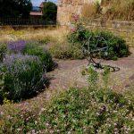Kräutergarten mit eiserner Weltkugel