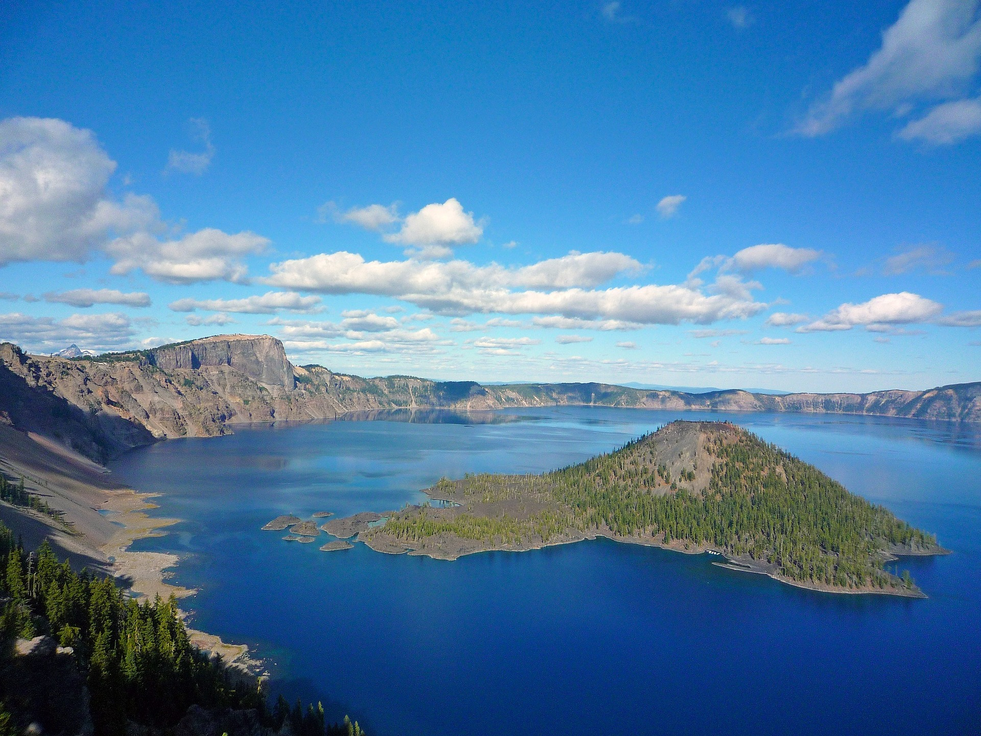 crater-lake-1669799_1920